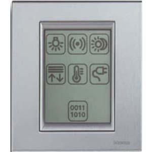 Монохромная сенсорная панель позволяет коммутировать как звуковые потоки, так и низковольтные нагрузки.