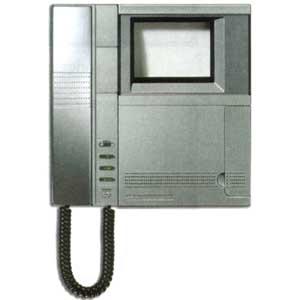 Домофон Террано, цвет корпуса металлик, позволяет подключать до трёх дополнительных камер, может адресовать вызов на звуковую систему, использоваться в режиме селектора.