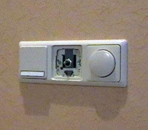 Отсутствие подводимой проводки позволяет разместить радиовыключатели в любом удобном месте. Можно даже носить его с собой в качестве радиопульта.